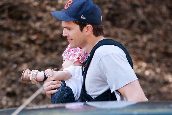 Ashton Kutcher nos dejó ver aunque sea por un ratito a su bebé.