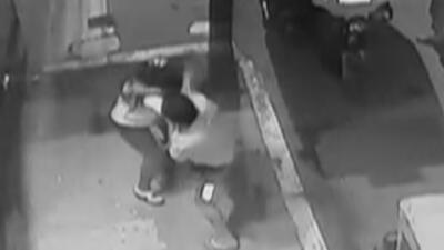 Con furia salvaje, un hombre golpea y arrastra por el piso a su expareja en plena calle de Perú