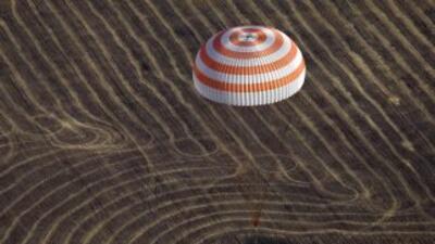 La nave espacial Soyuz postergó un día el aterrizaje por problemas en un...