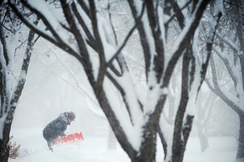 Un hombre desbloquea la salida de su casa en Dakota del Sur