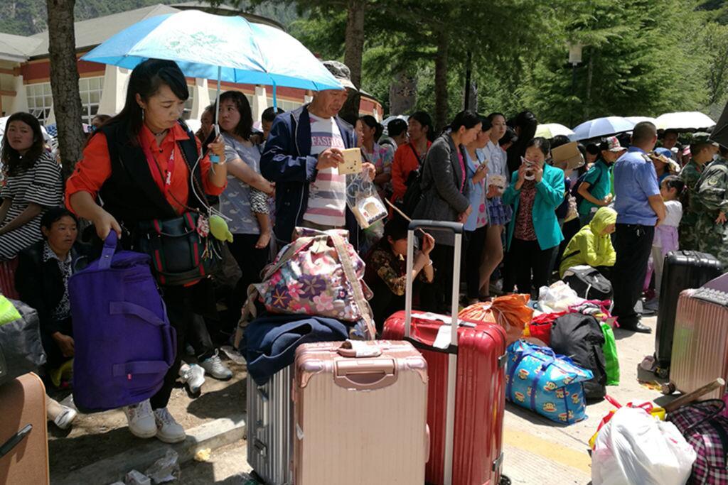Miles de turistas evacuados en China tras fuerte terremoto de 6.5 grados...