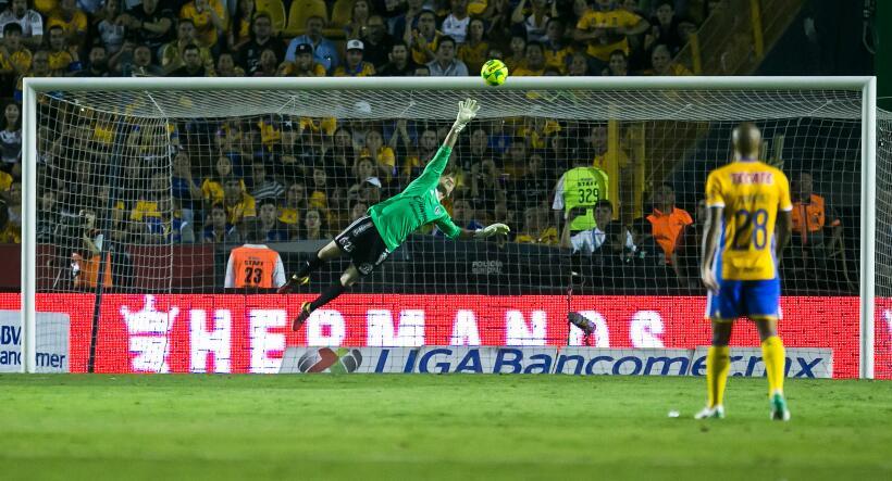 Los Tigres silenciaron los ladridos de los Xolos con 2-0 en el Volcán Gi...