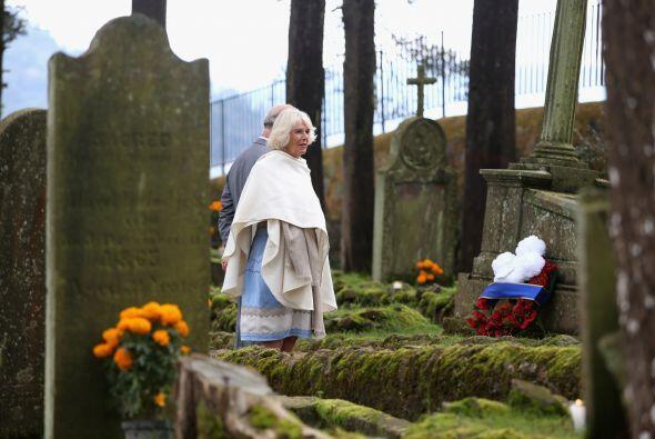 Ahí depositaron una ofrenda floral en la tumba de John Vial, militar ing...