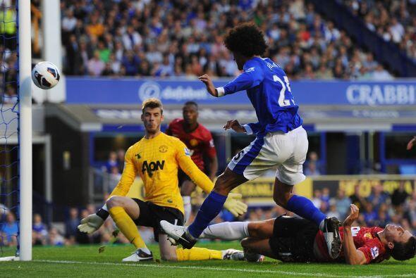 Fellaini pudo hacer el gol, pero su disparo se fue a estrellar en el palo.