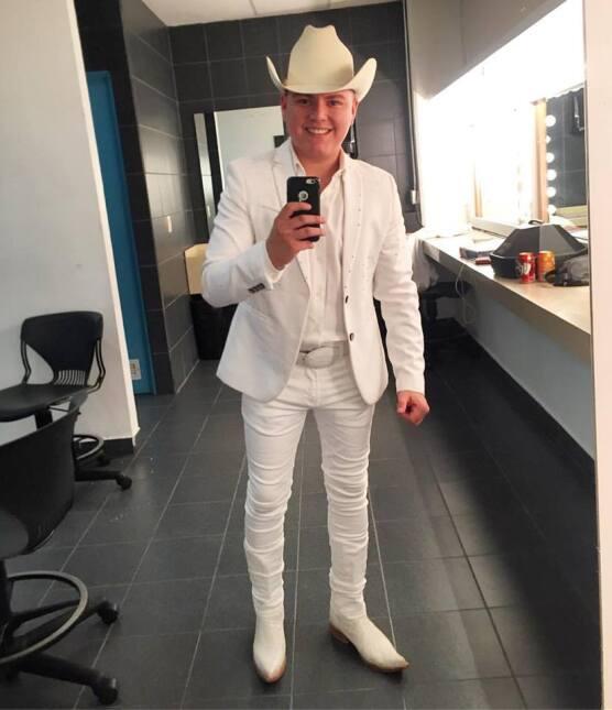 Alfredito Olivas, Pancho Barraza y 'El Coyote' cantan para apoyar a Juli...