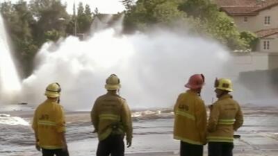 Millones de galones de agua se derramaron por las calles de Los Ángeles