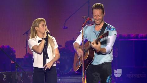 Shakira y Chris Martin de Coldplay durante su participación en Pr...