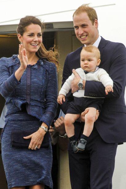 La duquesa Catherine llevó un 'outfit' en azul profundo, elegante pero n...