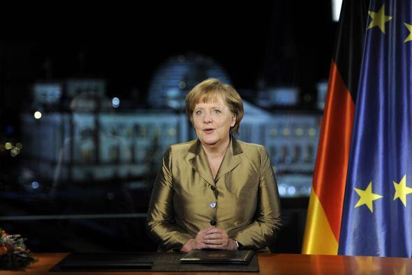 La canciller alemana  Angela Merkel, posa para las fotografías después d...