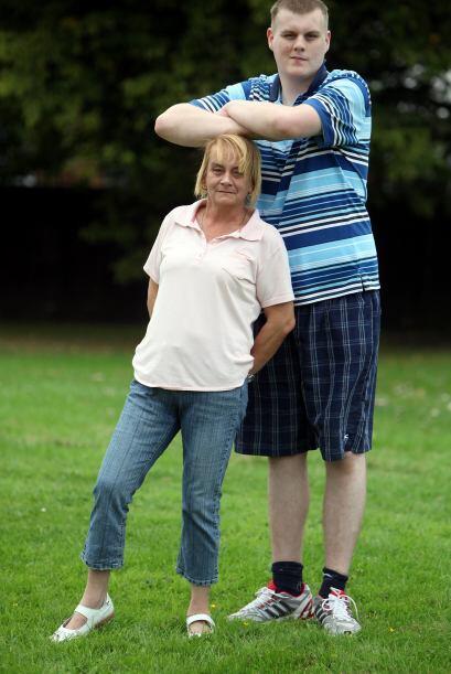 Su madre apenas alcanza los cinco pies de atura, Josh la pasó desde hace...
