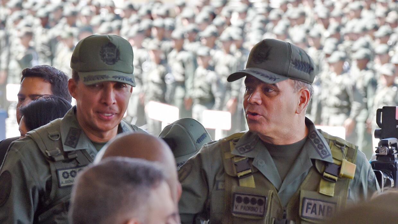 Ministro de Defensa venezolano pide excluir a los militares de pugna en...