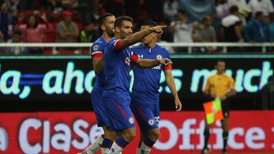 En fotos: Cruz Azul supera a Chivas a pesar de las condiciones de la cancha en el Estadio Akron