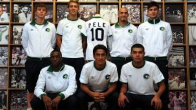 Jugadores del Cosmos posan con un uniforme de Pelé, el equipo vuelve a e...