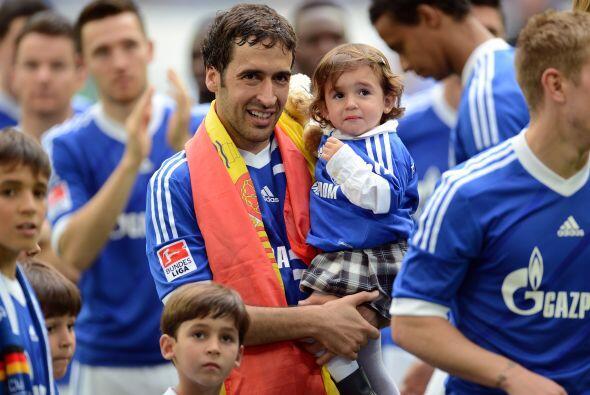 El goleador se puso la bandera de España en los hombros.