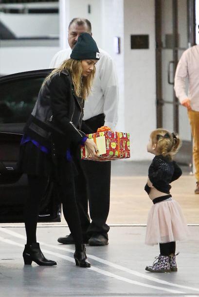 Heaven, la hija menor de Alba de tres años, le ofreció ayuda a su mami c...