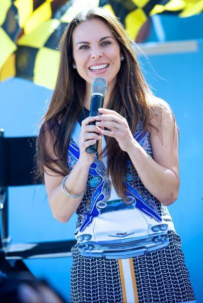 Kate del Castillo es Ela Rivella. Una muchacha de hoy, joven, bella y tr...