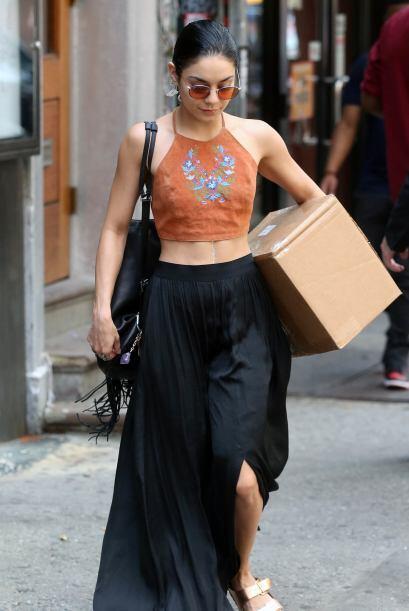 También utiliza prendas 'vintage' como este 'crop top' en tono marrón co...