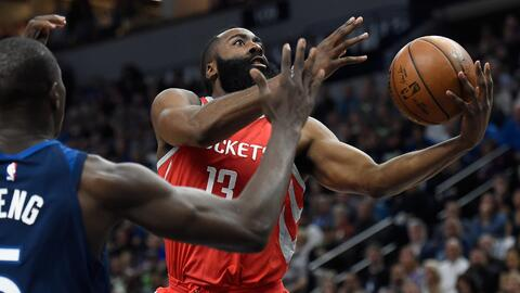 James Harden de los Houston Rockets dispara ante Gorgui Dieng de los Tim...
