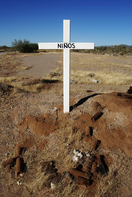 Una cruz en el desierto de Altar, Sonora dedicada a los niños migrantes...
