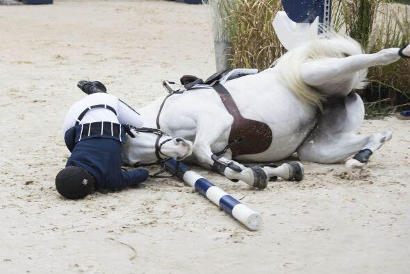 Pero su pobre caballo no podía levantarse.