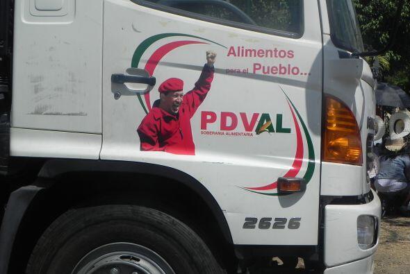 La imágen de Chávez está en todos lados, como en este camión de un merca...