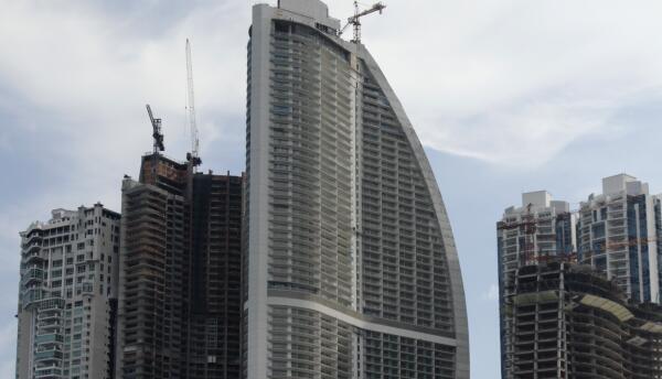 Fotografía de archivo del 4 de julio de 2011 del rascacielos Trump Ocean...