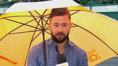 El temor de todos los reporteros del tiempo: que el viento te arrastre c...