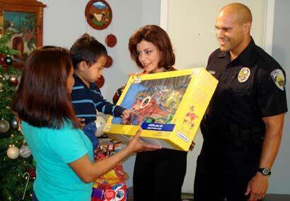 Por eso le llevo muchos juguetes a los niños de la organización Mujer Inc.