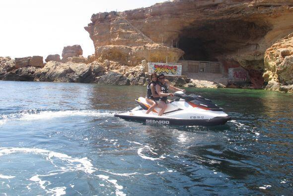La conductora estuvo en una motocicleta acuática para explorar mejor el...