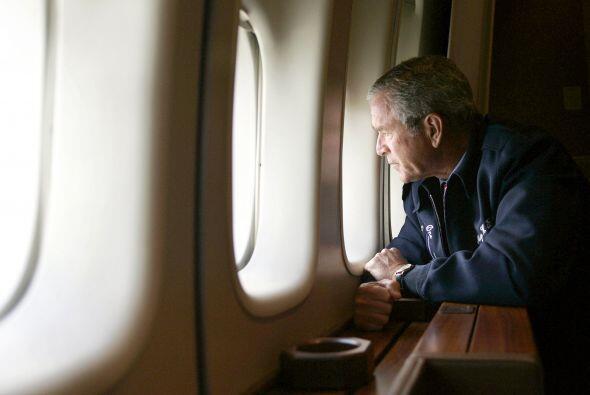 El presidente George Bush realizó una visita aérea para conocer la ampli...