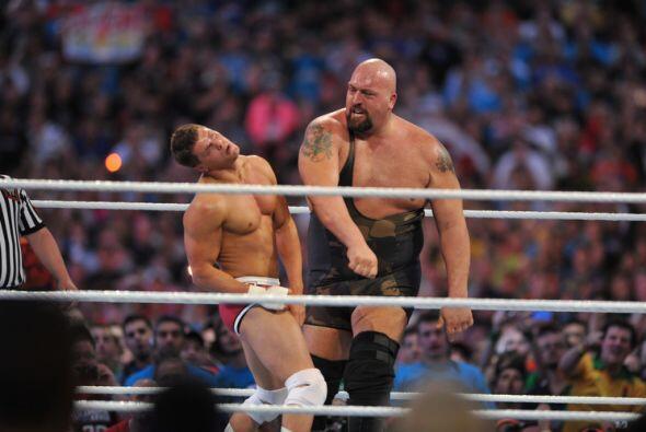 Luego vino la desigual pelea entre el gigante Big Show y el Campeón Inte...