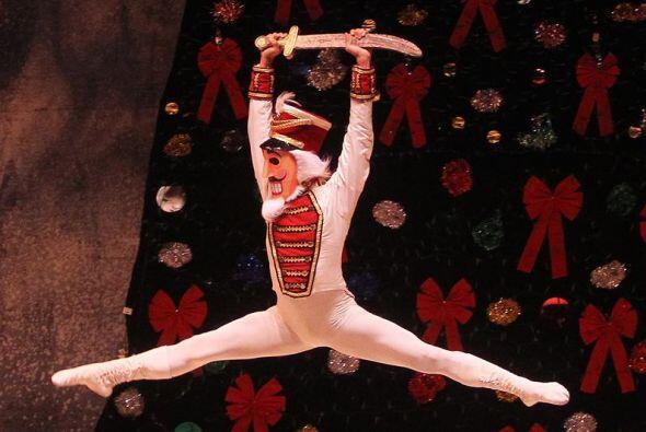 Un integrante del Ballet del Teatro Municipal de Santiago baila durante...