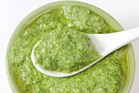Pesto, usando un poco de albahaca. Exquisito para acompañar tus empanada...