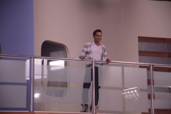 Mateo los saludó desde el balcón, no pudo bajar y abrazarlos pero al men...