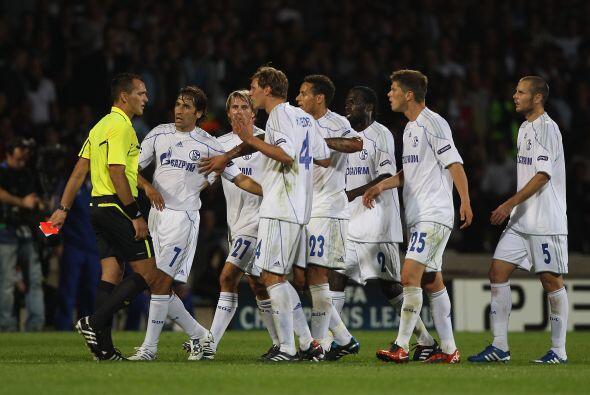 Entre reclamos y molestias, el Schalke no pudo empatar e hiló un traspié...