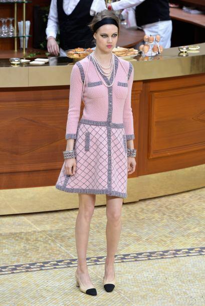 Pero Chanel no se quedó atrás y recreó un ambiente parisino ideal, con e...
