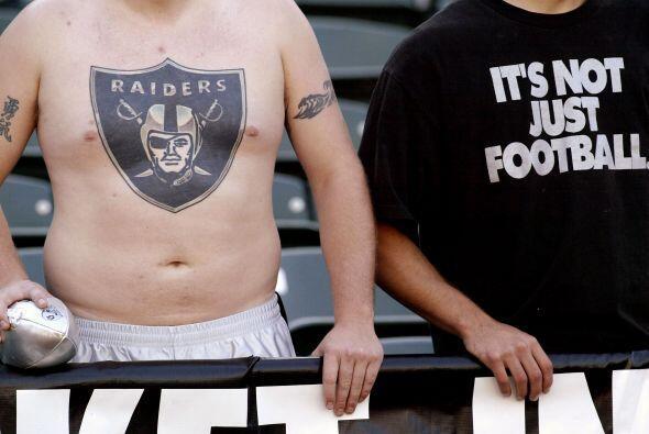 Fans de los Oakland Raiders, entre ellos uno con un tatuaje en el pecho,...