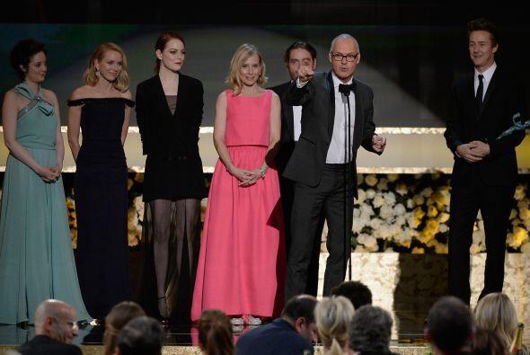 Michael Keaton agradeciendo el reconocimiento a Mejor Elenco.