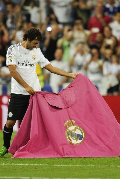 Raúl recordó sus grandes días de madridista capoteando al toro invisible.