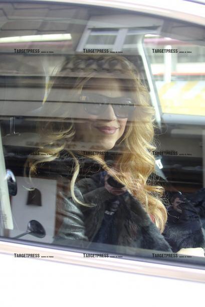 Shakira nos regaló su mejor sonrisa desde al auto.
