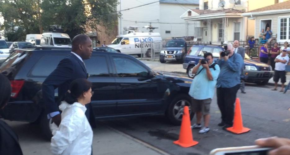 Vecinos del precinto 102 en Queens vieron cuando la mujer fue arrestada.