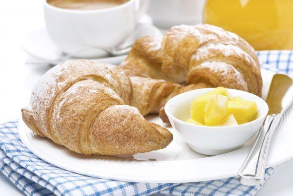 Qué te parece un rico 'croissant' con un poco de mantequilla, acompañado...