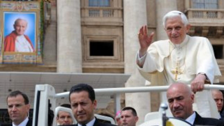 El Papa Benedicto XVI a bordo del Papa Movil en la Plaza de San Remo. Al...