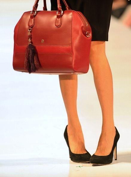 Si buscas un 'look' totalmente rojo, un bolso en este tono no podrá falt...