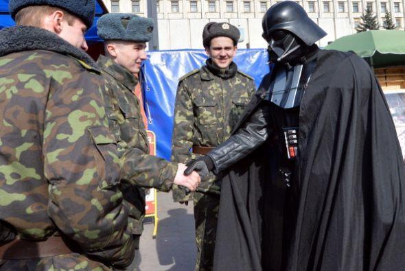 En la imagen, el hombre vestido como Darth Vader anunció que se postulab...