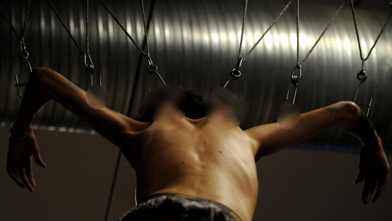 Engancharse del cuerpo y colgarse, era una práctica de nativos americanos