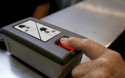 La toma de huellas digitales biométricas es obligatoria para algu...
