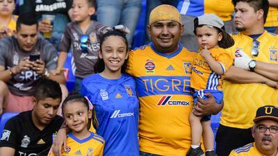 En fotos: Los aficionados de Tigres viven fiesta previo al juego contra León