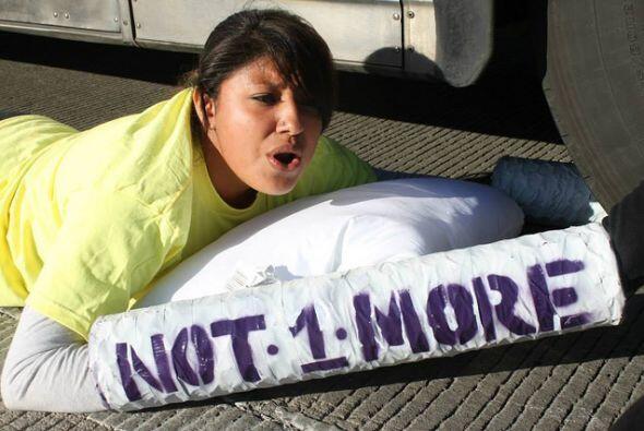 Los activistas bloquearon el paso de los autobuses que transportaban ind...