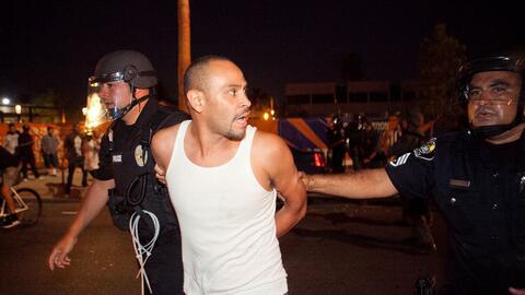 Un manifestante es arrestado el 24 de julio durante las protestas en Ana...